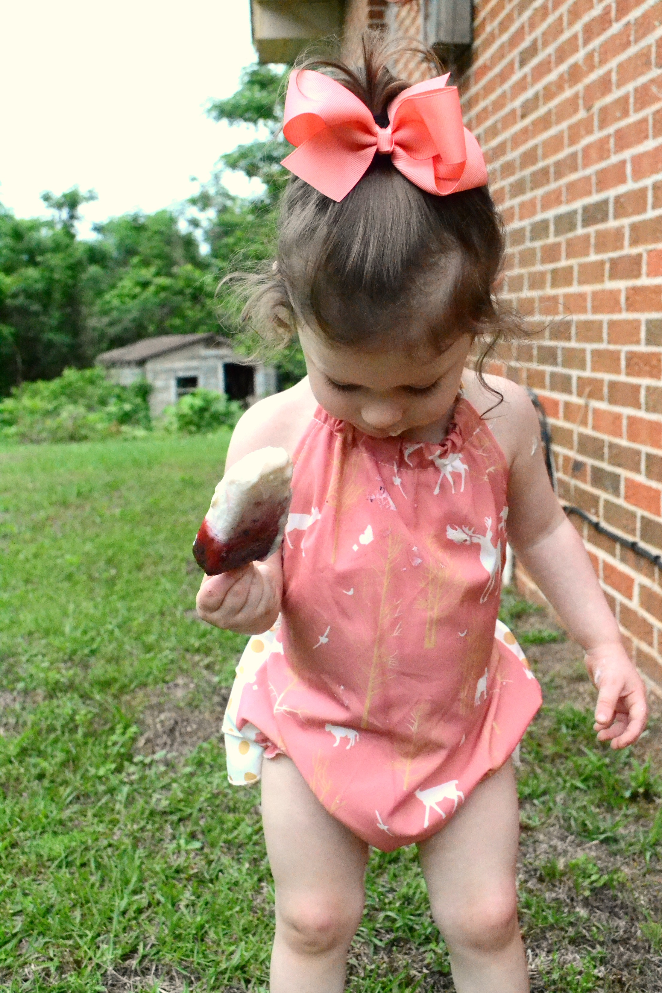 Not only are these all-natural fresh fruit pops the perfect summer treat without the guilt, there's also NO worries about staining on clothing from the berries thanks to all® fresh clean ESSENTIALS® #allessentials #allsulfatefree #ad